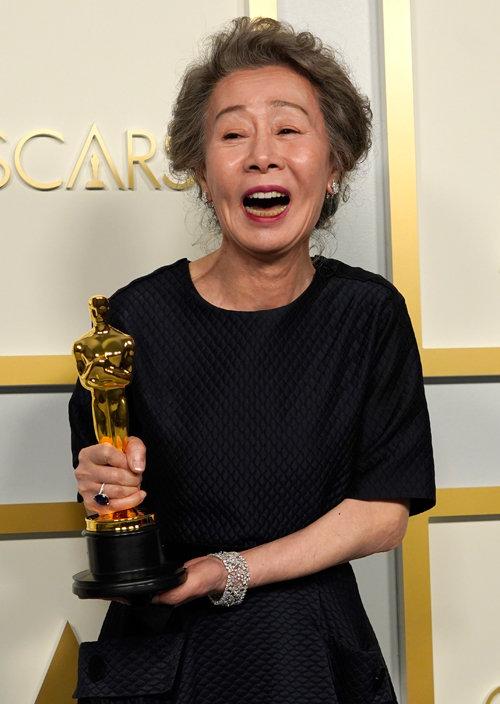 윤여정이 4월 25일(현지시간) 미국 캘리포니아주 로스앤젤레스 돌비 극장에서 열린 제93회 미국 아카데미 시상식에서 영화
