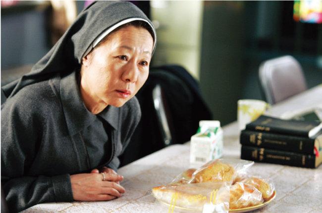 영화 '우리들의 행복한 시간'에서는 모니카 수녀 역으로 출연해 또 다른 모습을 선보였다. [네이버영화 캡처]