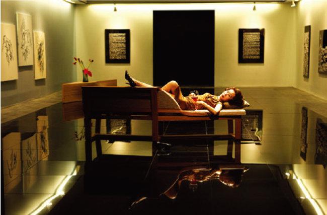 영화 '돈의 맛'에서 탐욕스러운 재벌가 안주인 백금옥 역을 완벽하게 연기해 '역시 윤여정'이라는 찬사를 받았다. [네이버영화 캡처]