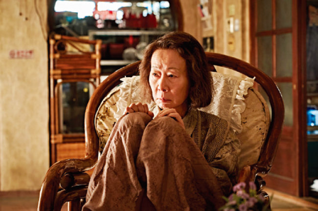 영화 '지푸라기라도 잡고 싶은 짐승들'에서는 치매 걸린 노인 역을 노련하게 연기해 '왜 윤여정이어야 하는가'를 증명했다. [네이버영화 캡처]