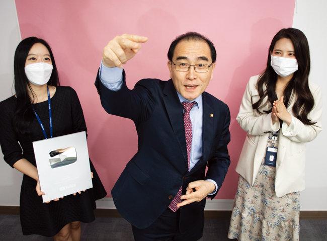 국민의힘 태영호 의원(가운데)이 즉석에서 랩을 선보이고 있다. 윤선영 비서(왼쪽)와 이지민 비서(오른쪽)가 이를 보며 웃음을 참고 있다. [조영철 기자]