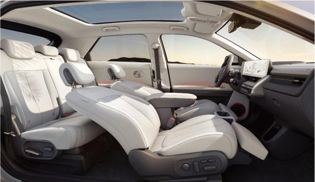 아이오닉5는 앞좌석, 뒷좌석 모두 전동 슬라이딩 시트로 돼 있다. 시트 등에 친환경 소재를 사용해 새 차 냄새가 거의 나지 않는다. [사진 제공 · 현대자동차]