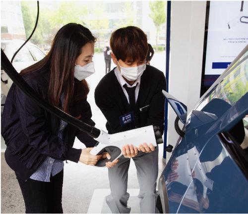 서울 강동구 현대 EV스테이션에서 아이오닉5에 800V 고속충전을 하는 모습. [지호영 기자]