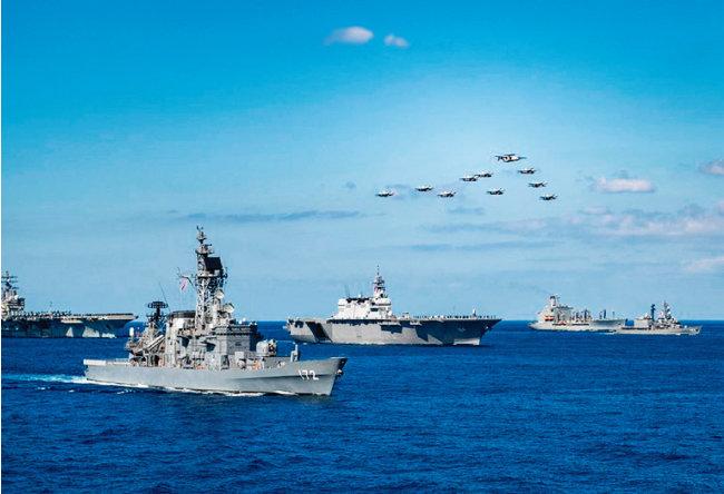 지난해 11월 미국 해군과 일본 해상자위대가 동중국해에서 합동훈련을 실시하고 있다. [미 해군]