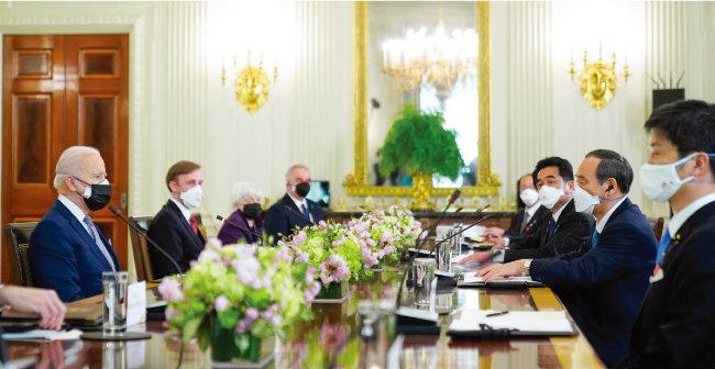 조 바이든 미국 대통령(왼쪽)과 스가 요시히데 일본 총리(오른쪽에서 두 번째)가 4월 16일(현지 시각) 백악관 집무실에서 정상회담을 하고 있다. [AP=뉴시스]