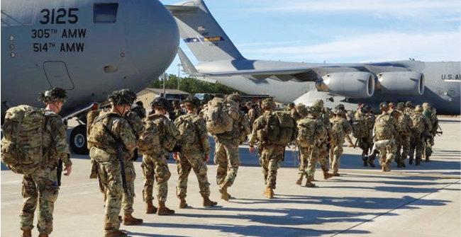 지난해 11월 미국 본토로 재배치될 아프가니스탄 주둔 군인들이 수송기에 탑승하고 있다. [미국 육군]
