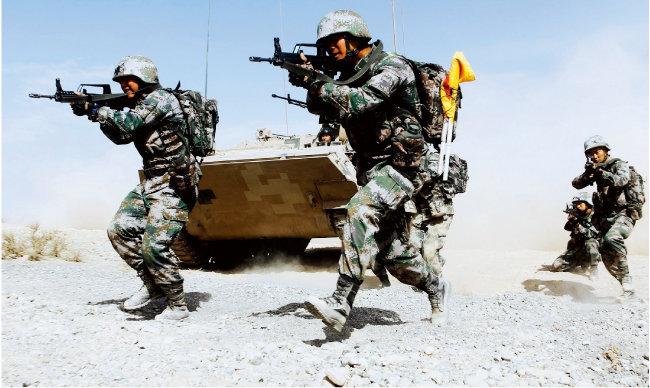 중국 인민해방군 신장군구 병사들이 훈련을 하고 있다. [중국 인민해방군 홈페이지]