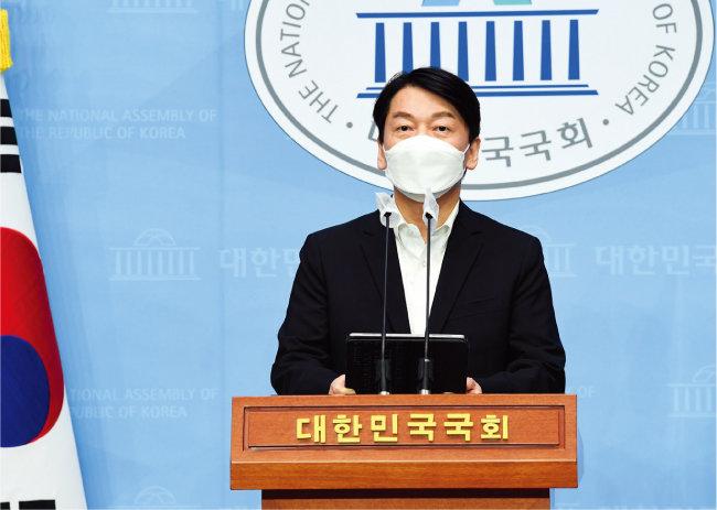 """안철수 대표가 3월 14일 국회 소통관에서 기자회견을 갖고 """"윤석열 전 검찰총장을 포함한 대통합을 통해 더 큰 2번을 반드시 만들어내겠다""""고 발언하고 있다. [공동취재단]"""