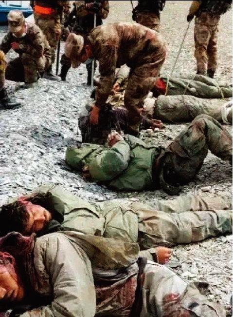지난해 6월 중국과 인도의 국경 지역에서 중국군이 인도군 병사를 포박해 위협하고 있다. [웨이보 캡처]