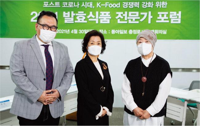 4월 30일 '포스트 코로나 시대, K-Food 경쟁력 강화 위한 2021 발효식품 전문가 포럼'이 개최됐다. 포럼에 참석한 명욱 교수, 정혜경 교수, 이인자 명인(왼쪽부터). [조영철 기자]