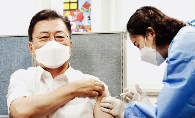 4월 30일 서울 종로구 보건소에서 문재인 대통령이 코로나19 아스트라제네카 백신 2차 접종을 하고 있다. [뉴스1]