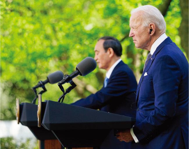 4월 16일(현지 시각) 정상회담 후 공동 기자회견에 나선 조 바이든 미국 대통령(오른쪽)과 스가 요시히데 일본 총리. [뉴시스]