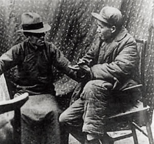 1938년 중국공산당 근거지 옌안에서 마오쩌둥(오른쪽)을 만난 량수밍. 두 사람 모두 중국의 농촌 문제를 주목했지만 진단과 해법은 달랐다. [바이두백과]