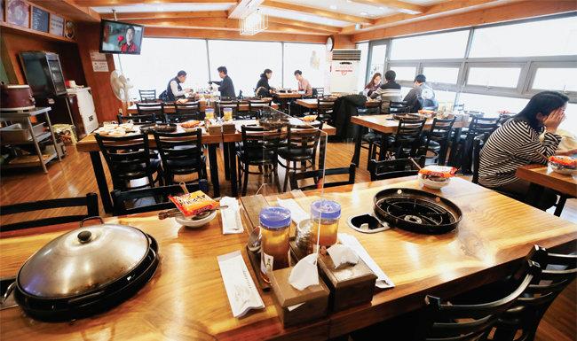 서울 실내외에서 5인 이상 사적 모임을 금지한 행정명령 시행 첫날인 지난해 12월 23일 서울 견자동 한 음식점에서 사람들이 소규모로 앉아 식사하고 있다. [동아DB]
