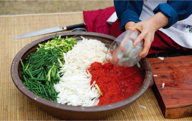 김치에 새우, 전복 등 해산물을 넣으면 감칠맛을 더할 수 있다. [지호영 기자]