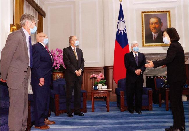 차이잉원 대만 총통(오른쪽)이 4월 15일 조 바이든 미국 정부의 비공식 특사들을 만나고 있다. [CNA]