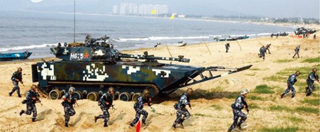 중국 해군육전대(해병대)가 대만 땅을 가정해 상륙작전 훈련을 하고 있다. [중국 인민해방군 홈페이지]