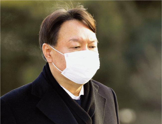 1월 4일 윤석열 당시 검찰총장이 서울 동작구 국립서울현충원을 참배하기 위해 이동하고 있다. [동아DB]