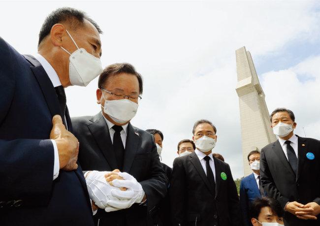 5월 18일 광주 북구 운정동 국립5·18민주묘지에서 김부겸 국무총리(왼쪽에서 두 번째)가 유족과 함께 열사 묘역을 참배하고 있다. [뉴시스]
