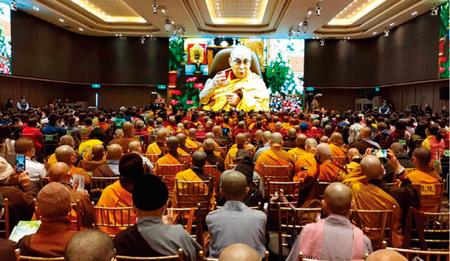 달라이 라마 14세가 인도 다람살라에서 티베트 승려들에게 화상으로 설법하고 있다. [달라이 라마 홈페이지]