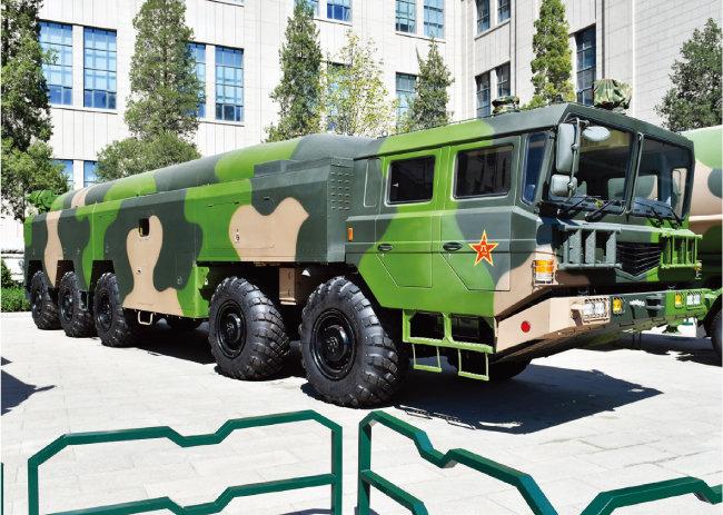 중국의 중거리탄도미사일 '둥펑-16'을 탑재한 차량. [위키피디아]