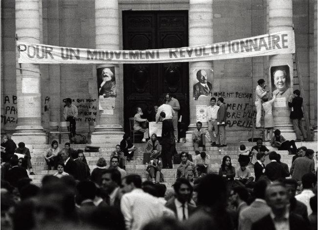 1968년 5월 '68운동' 와중에 프랑스 소르본대 학생들이 학교 건물 기둥에 마오쩌둥과 블라디미르 레닌, 카를 마르크스(오른쪽부터)의 초상화를 붙이고 시위하고 있다. [GETTYIMAGES]