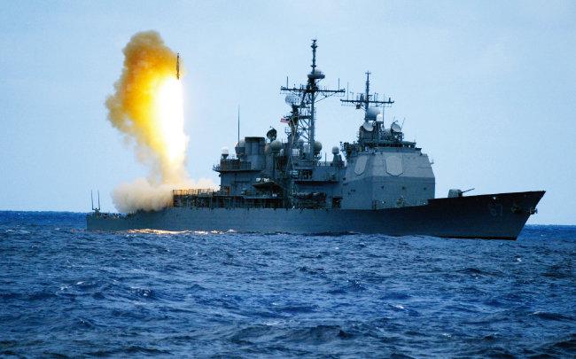 미국 해군 구축함이 SM-6 미사일을 발사하고 있다. [사진 제공 · 미 해군]