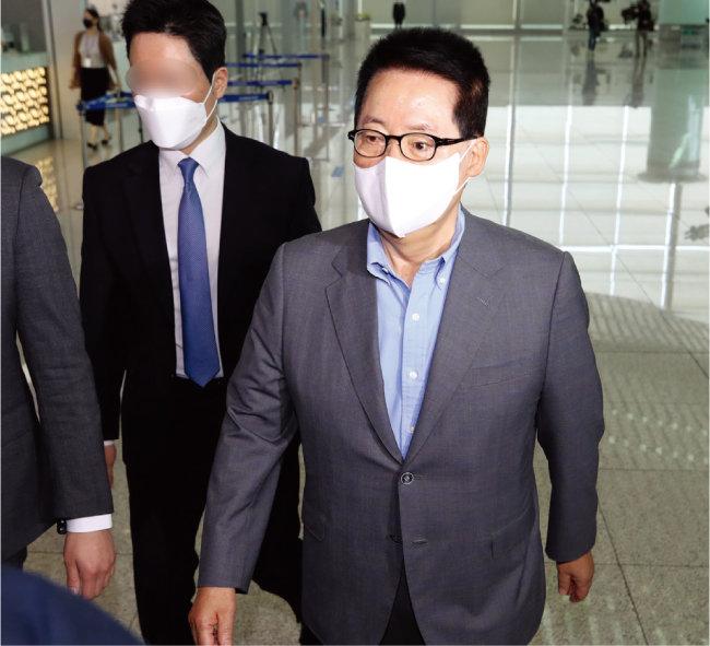 5월 26일 박지원 국가정보원장이 인천국제공항을 통해 미국으로 출국하고 있다. 박원장은 방미 중 소셜네트워크서비스(SNS)에 자신의 동선을 노출해 논란을 빚었다. [김동주 동아일보 기자]