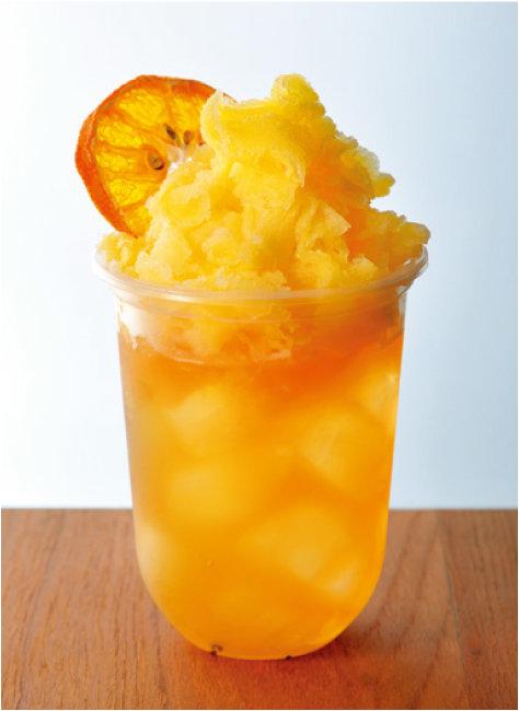 얼그레이에 오렌지로 만든 눈꽃빙수를 올린 음료.