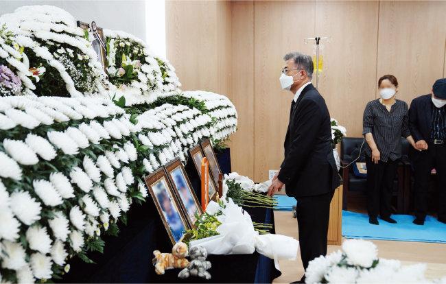 6월 6일 문재인 대통령이 경기 성남시 국군수도병원에 마련된 성추행 피해자 이모 공군 중사의 빈소를 찾았다. [사진 제공 · 청와대]
