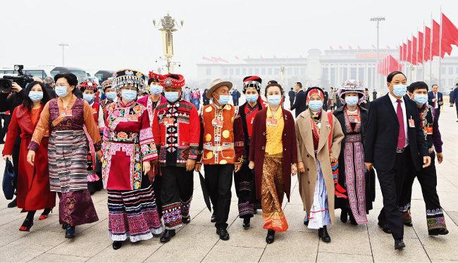 3월 5일 중국 베이징에서 열린 전국인민대표대회에 참석한 소수민족 대표들. [신화=뉴시스]