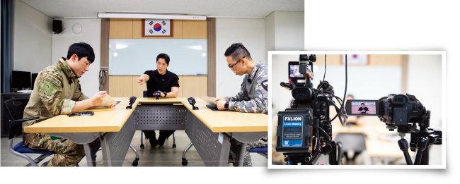 '강철부대' 사회자 최영재 마스터(가운데)가 UDT팀 김범석 팀장(왼쪽)과 SSU팀 정성훈 팀장에게 결승전 미션을 통보하고 있다. [지호영 기자]