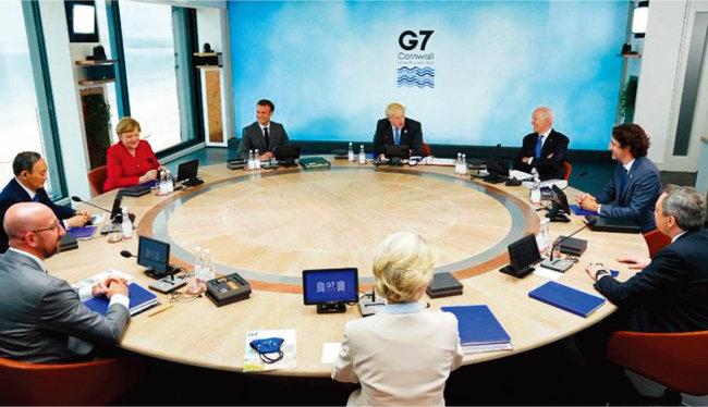 G7 정상들이 6월 11~13일 열린 정상회의에서 중국 견제 방안 등을 논의하고 있다. [백악관 트위터]