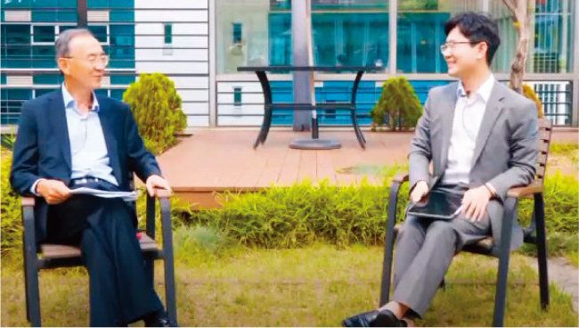 박일환 전 대법관(왼쪽)이 '동화로 보는 법률 이야기'를 주제로 백광현 변호사와 유튜브 채널 컬래버레이션에 나섰다. [유튜브 캡처]