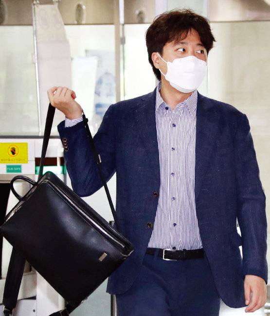 국민의힘 이준석 대표가 6월 13일 서울 영등포구 국회의사당 대표실로 첫 출근을 하고 있다. [사진공동취재단]