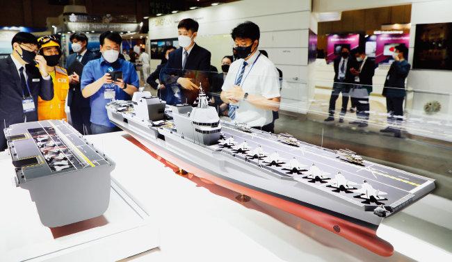 6월 9~12일 제12회 국제해양방위산업전(MADEX)에서 대우조선해양 공개한 한국형 경항공모함(CVX) 모형. [동아DB]