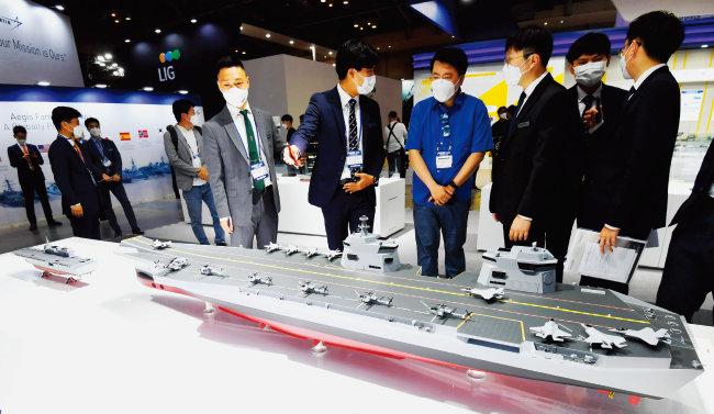 6월 9~12일 제12회 국제해양방위산업전(MADEX)에서 현대중공업이 공개한 한국형 경항공모함(CVX) 모형. [동아DB]