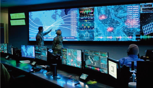 미국 우주군 사령부 장병들이 합동작전센터에서 전 세계 인공위성의 움직임을 모니터링하고 있다. [사진 제공 · 미 우주군]