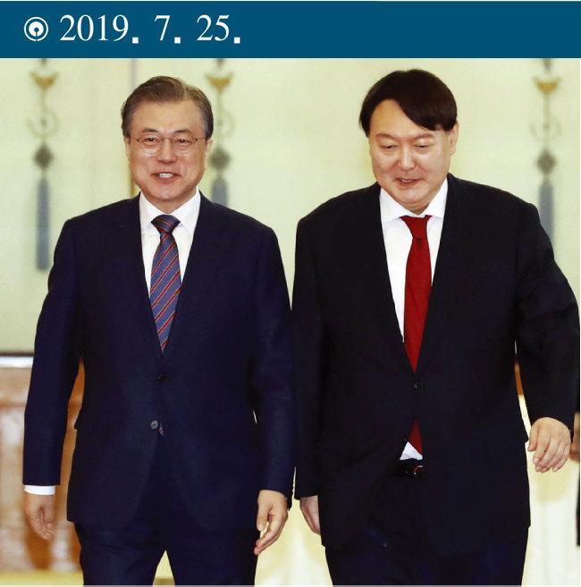 문재인 대통령(왼쪽)이 청와대에서 윤석열 당시 검찰총장에게 임명장을 수여한 뒤 함께 환담장으로 이동하고 있다. [동아DB]