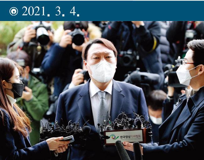 윤석열 당시 검찰총장이 서울 서초구 대검찰청 현관 앞에서 총장직 사퇴 의사를 밝히고 있다. [동아DB]