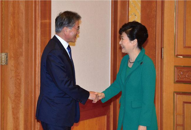 2015년 10월 22일 박근혜 당시 대통령(오른쪽)이 청와대에서 새정치연합 문재인 대표와 악수하고 있다. [동아DB]