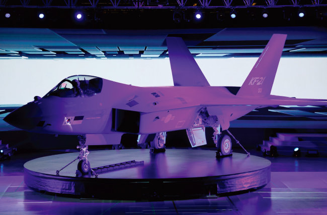 4월 9일 경남 사천시 한국항공우주산업(KAI) 공장에서 출고된 첫 국산 전투기 KF-21. [청와대사진기자단]