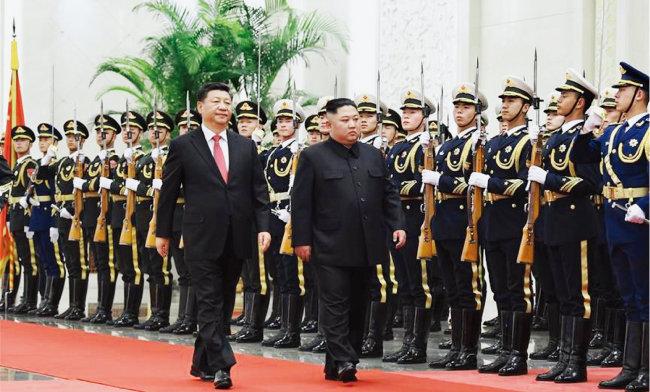 2019년 1월 시진핑 중국 국가주석(왼쪽)과 김정은 북한 국무위원장이 중국군 의장대를 사열하고 있다. [차이나 데일리]