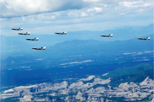 중국 인민해방군 북부전구 소속 J-20 전투기들이 초계비행하고 있다. [CGTN]