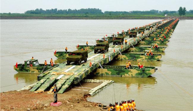 중국 인민해방군이 단둥 인근에서 도강을 위한 부교 설치 훈련을 하고 있다. [중국군망]