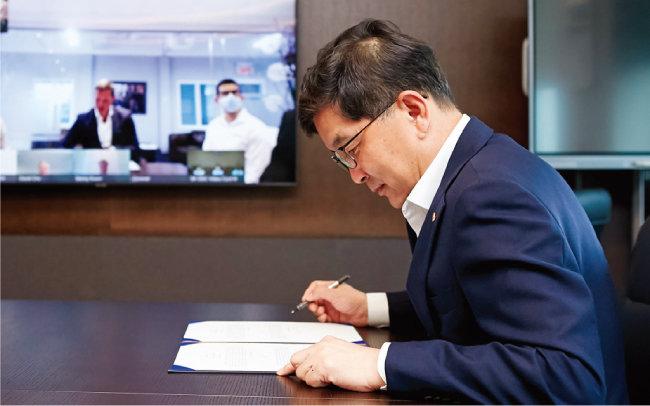 나경수 SK종합화학 사장이 북미 루프인더스트리와 지분 투자 및 해중합 기술 확보 등을 목적으로 한 전략적 투자 협약서에 서명하고 있다. [SK종합화학]