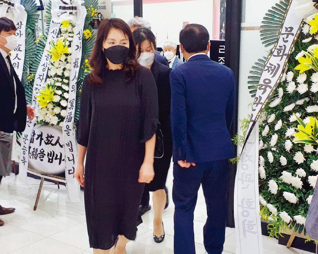 이재명 경기도지사의 부인 김혜경 씨(맨 앞)가 7월 14일 장인상을 당한 김경수 경남 도지사를 조문했다. 빈소는 전남 목포시 산정동 봉황장례문화원에 마련됐다. [뉴스1]