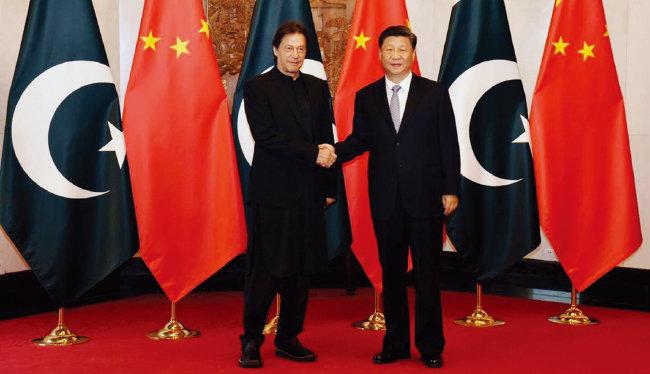 2019년 10월 시진핑 중국 국가주석(오른쪽)과 임란 칸 파키스탄 총리가 베이징 댜오위타이 국빈관에서 만나 악수하고 있다. [파키스탄 총리실]