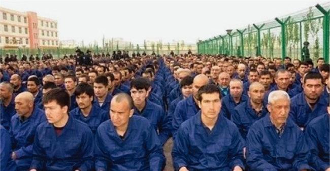 중국 신장 지역 집단수용소에 수감된 위구르족들. [위키피디아]