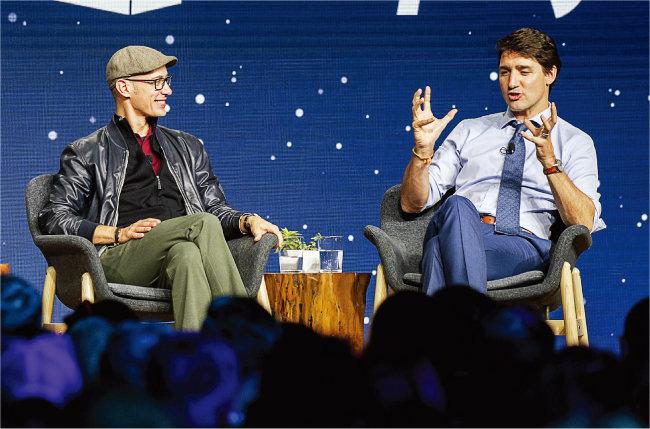 2018년 쥐스탱 트뤼도 캐나다 총리(오른쪽)와 대담하는 토비 뤼트케 쇼피파이 최고경영자. [AP=뉴시스]